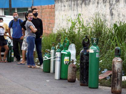 Familiares de pessoas com covid-19 aguardam em fila para reabastecer cilindros de oxigênio em Manaus.