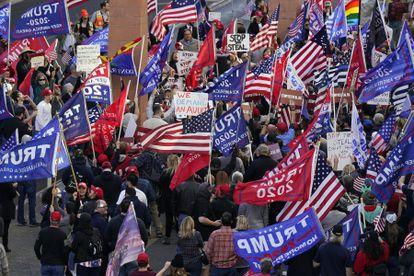 Trumpistas protestam em Phoenix (Arizona), nesta segunda.