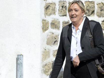 Marine Le Pen, presidenta do Frente Nacional (FN) francês, a sua chegada nesta segunda-feira a uma reunião de seu partido em Nanterre.