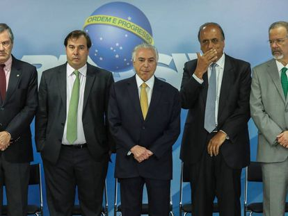Michel Temer ao centro, ao lado do presidente da Câmara, Rodrigo Maia e do ministro da Justiça, Torquato Jardim (E), e do governador do Rio, Luiz Fernando Pezão, e o ministro da Defesa, Raul Jungmann (D).