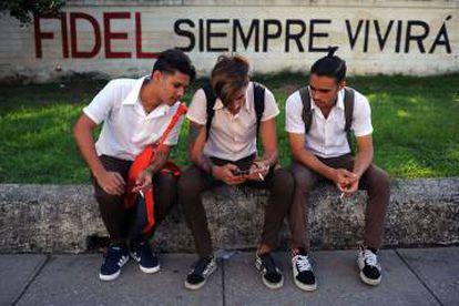 Jovens cubanos usam celular