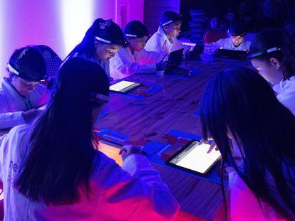 Estudantes da Costa Rica medem sua atividade neuronal.
