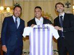Ronaldo posa com a camisa do Valladolid ao lado do prefeito da cidade (à esquerda) e do presidente do clube (à direita).