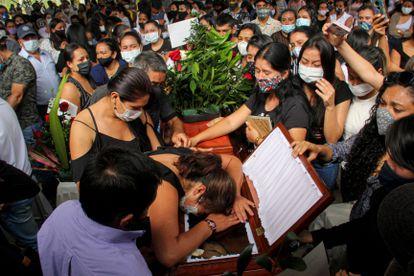 Amigos e familiares se despedem de um dos oito jovens assassinados em Samaniego (Nariño), no sul da Colômbia.