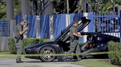 Policiais junto ao veículo do cantor XXXTentacion