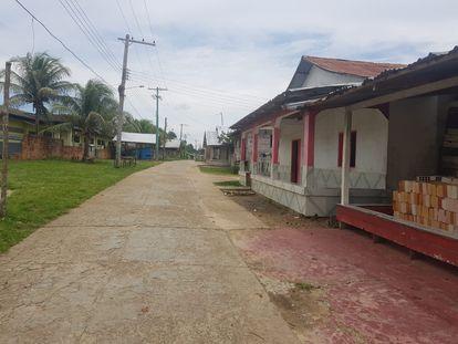 Rua esvaziada da aldeia Vila Betânia, onde vivem aproximadamente 5.000 indígenas da etnia Ticuna.