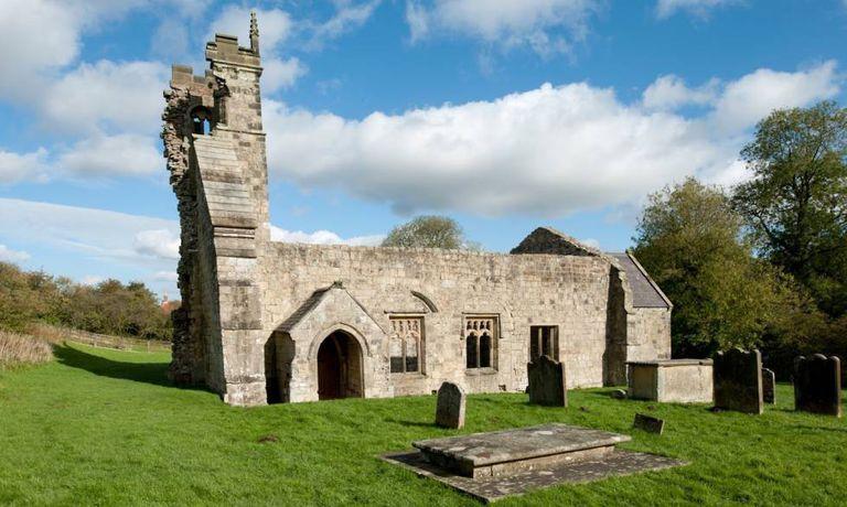 Imagem das ruínas da igreja e do cemitério de Wharram.