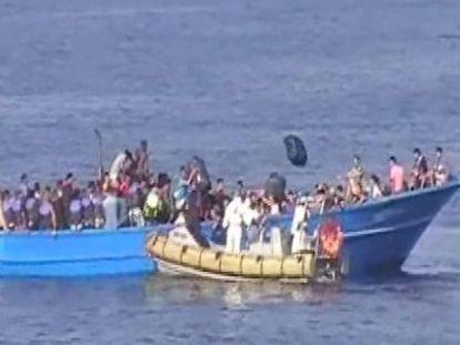 Barco da marinha italiana resgata os migrantes.
