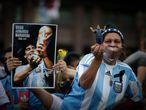 Seguidores de Diego Armando Maradona a las puertas de la Casa Rosada donde este jueves se ha abierto la capilla ardiente del astro argentino que falleció ayer a los 60 años en su residencia de Tigre a consecuencia de un paro cardíaco.