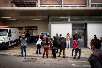 Parentes esperam para ter informações sobre pacientes com covid-19 internados no Hospital Municipal Tide Setúbal. Cena se repete todo os dias, às 17h.