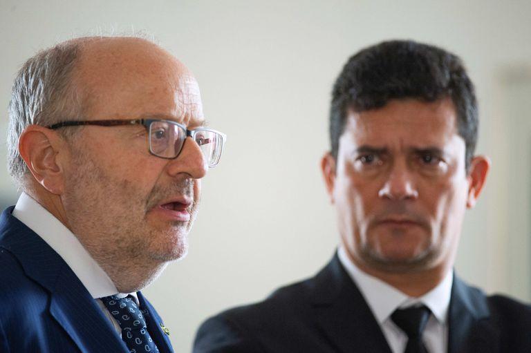 O embaixador espanhol, Fernando García Casas, fala diante de Sergio Moro nesta sexta-feira, na Embaixada da Espanha em Brasília.
