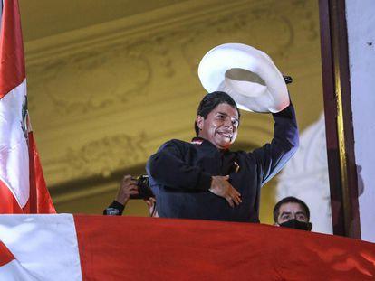 Pedro Castillo saúda seus seguidores na sede de seu partido, Peru Livre, na quinta-feira, em Lima.
