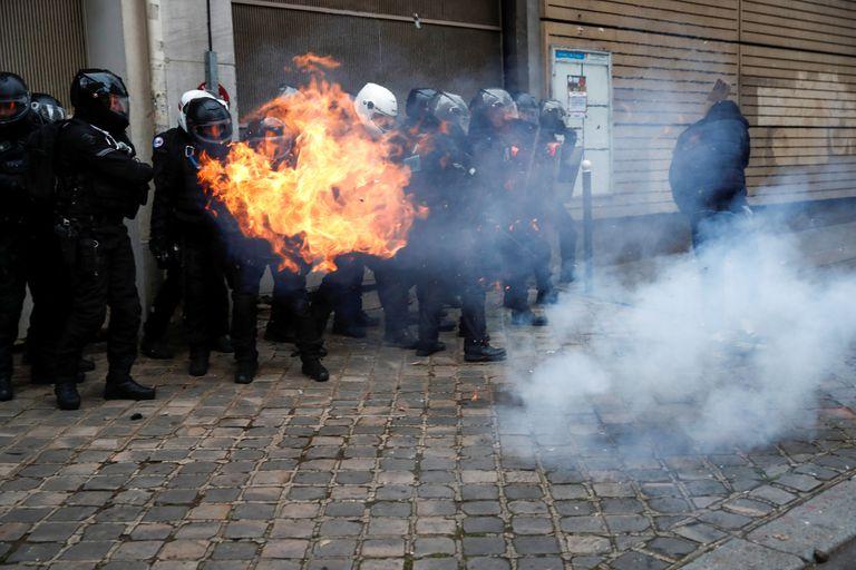 Policiais franceses durante a manifestação deste sábado em Paris contra a lei de segurança.