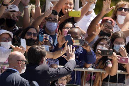 O presidente Jair Bolsonaro acena para apoiadores em Brasília, nesta quarta-feira.