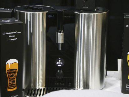 Dispositivo apresentado por LG em Las Vegas que permite fabricar cerveja em casa a partir de cápsulas, como as cafeteiras.