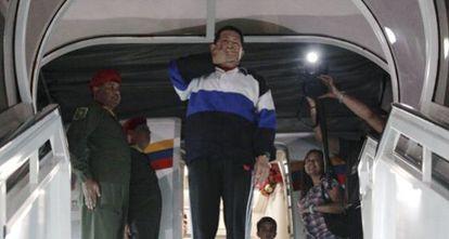 Chávez toma o avião em Caracas rumo a Cuba o 10 de dezembro de 2012. / REUTERS