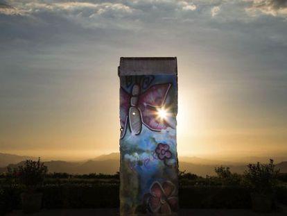 Fragmento do muro exposto no Museu Presidencial Ronald Reagan (Simi Valley, Califórnia) desde 1990.