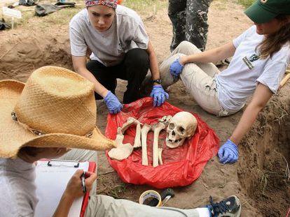 Exumação de um dos corpos descobertos no Texas.