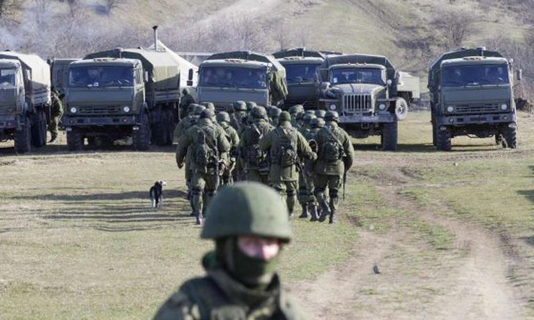 Tropas militares na periferia de Simferopol, Ucrânia.
