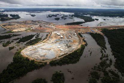A barragem de Pimental, que pode ter risco de dano estrutural caso a vazão se torne muito baixa, desfigurou a paisagem da Amazônia no Médio Xingu