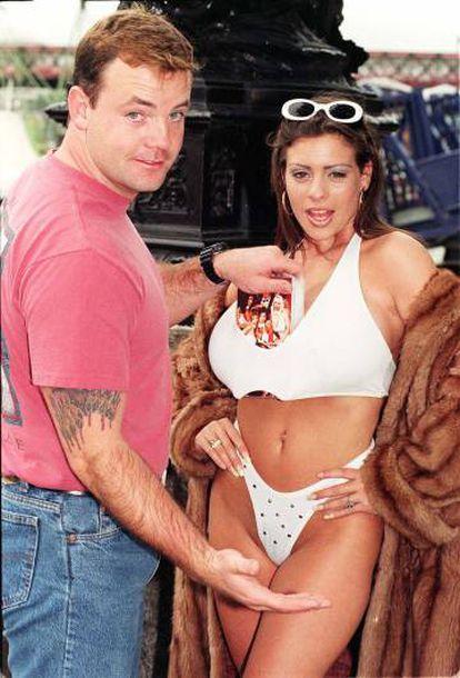 John Wayne Bobbitt com a modelo Linsey Dawn McKenzie, promovendo seu filme erótico 'John Wayne Bobbitt Uncut'
