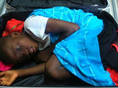 A criança de oito anos que viajava em uma mala.