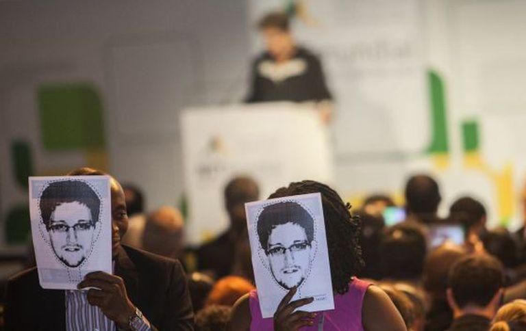 Manifestantes usam máscaras de Edward Snowden.
