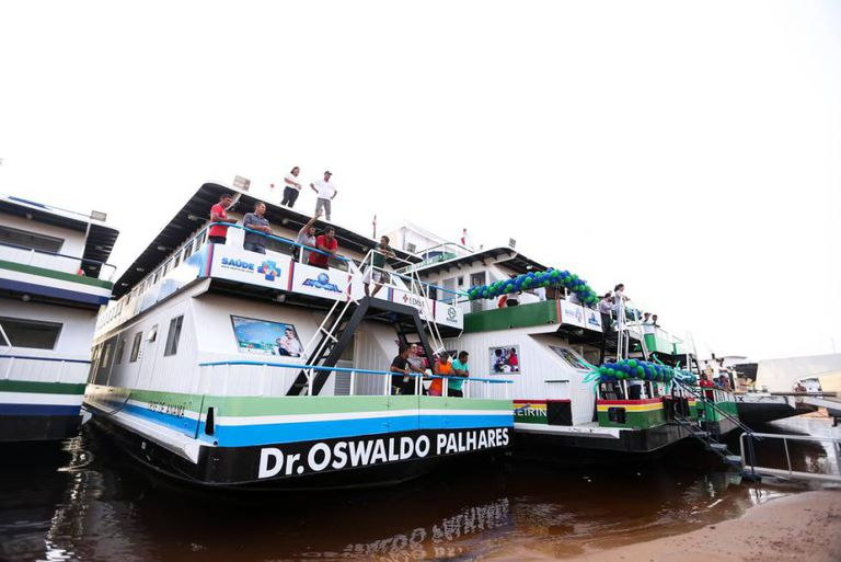 Postos de saúde fluviais que atendem populações ribeirinhas na Amazônia