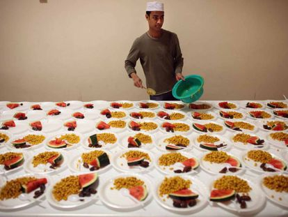 Em Londres, cozinheiro prepara pratos do ramadã, um tipo de jejum.