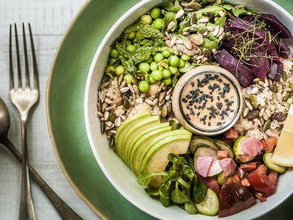 Um prato de verduras e frutas secas.