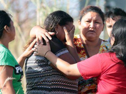 Parentes de presos em Roraima esperam notícias nos arredores do presídio.
