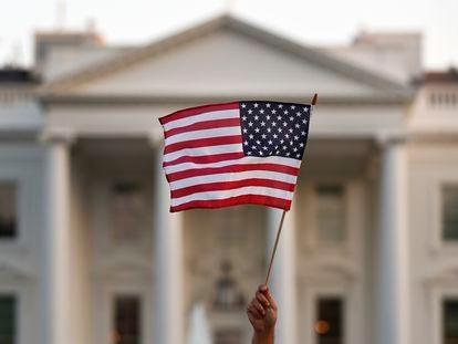 Uma bandeira tremula em frente à Suprema Corte dos Estados Unidos, numa imagem de 2017.