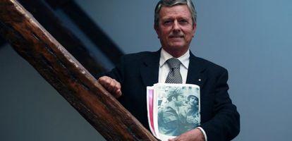 Carlos Beato mostra a sua foto de 25 de abril de 1974 junto ao capitão Maia (esquerda). / FRANCISCO SECO