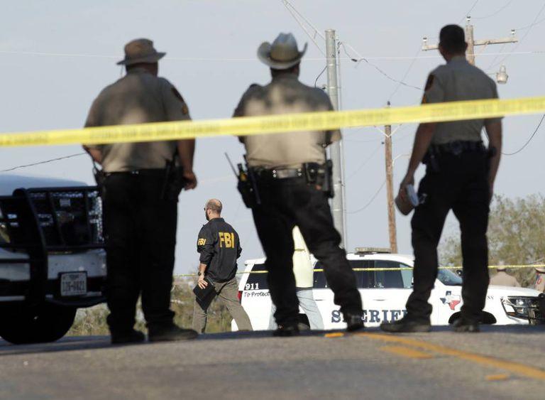 Policiais ao lado da igreja onde ocorreu a matança.