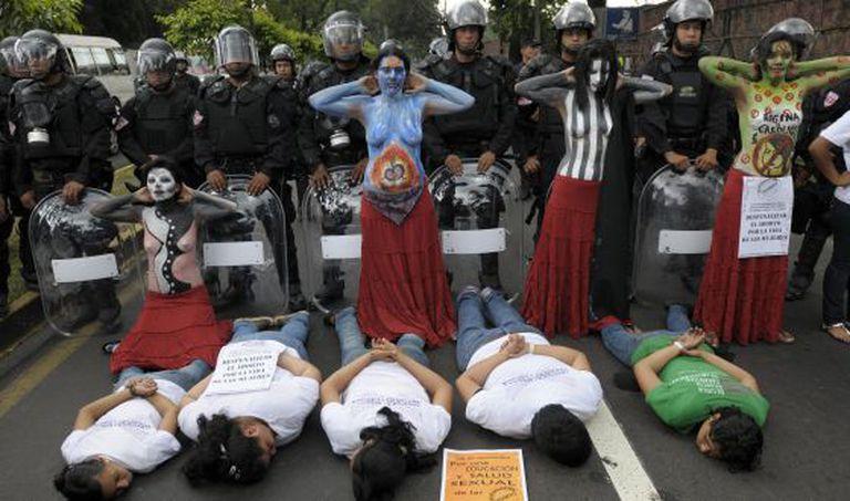 Mulheres salvadorenhas em um protesto para exigir a descriminalização do aborto.