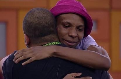 Lucas Penteado abraça Projota em cena do 'BBB 21'
