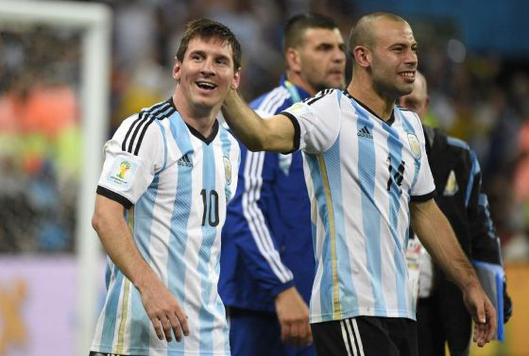 Mascherano e Messi comemoram a classificação para a final.