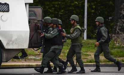 Agentes da Guarda Nacional durante protestos em Valência no domingo