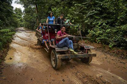 Povos indígenas dos grupos étnicos borari e arapiun durante a inspeção mensal do território na prevenção da presença de madeireiros ilegais.