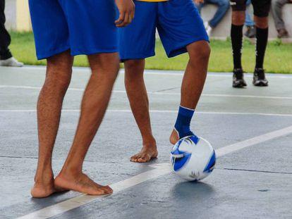 Internos participam de partida de futebol na Unidade Abreu e Lima.