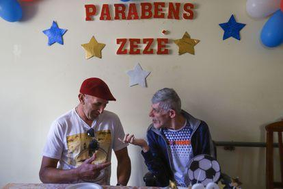 Bento Marcio da Silva, à esquerda, e Zezé na festa de 60 anos do segundo na residência terapêutica de Barbacena, em que ambos vivem. Antes estiveram internados em hospitais psiquiátricos durante muitos anos