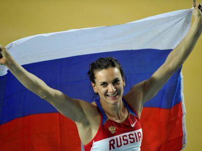 sinbayeva com a bandeira da Rússia em 2012.
