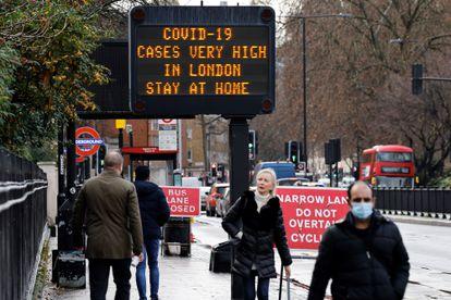Sinais de alerta para a covid-19 nas ruas de Londres em 23 de dezembro.