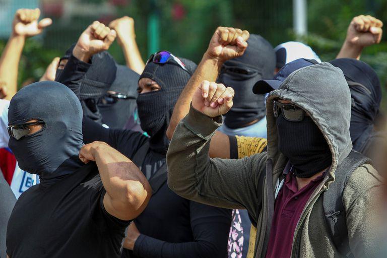 Grupo encapuzado se concentra em um batalhão da Polícia Militar, em Fortaleza.