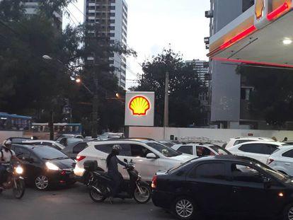 Carros fazem fila de mais de uma hora em posto em Recife.