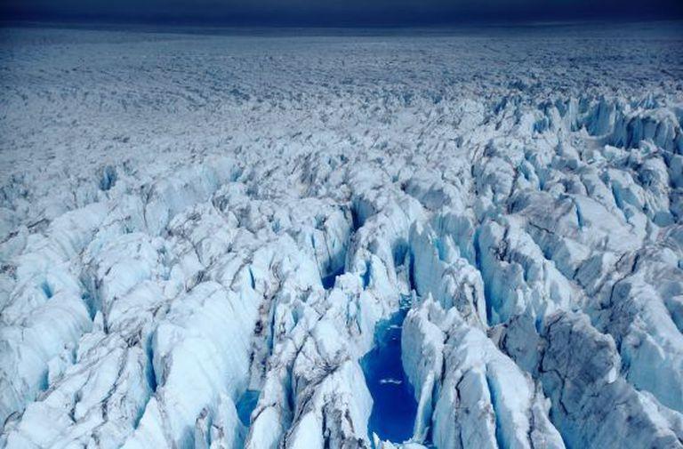 Uma geleira na Antártica fotografada desde um helicóptero a 30 metros de altura.
