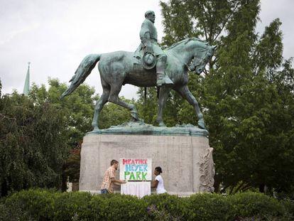 Protesto no parque onde fica a estátua de Lee