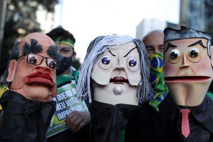 Bonecos simulam os ministros do STF no protesto de apoiadores de Bolsonaro neste domingo, na avenida Paulista.