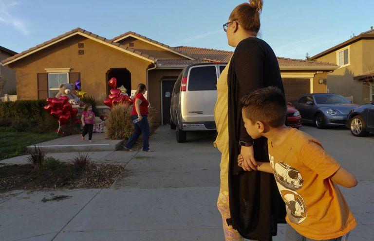 Vizinhos dos Turpin na casa da família para depositar brinquedos em memória das crianças.