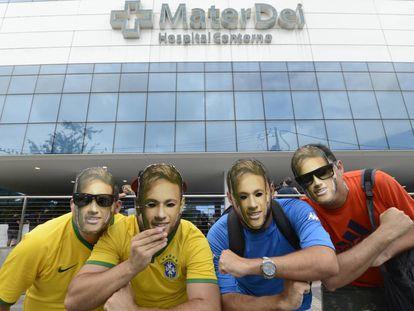 Fãs do astro brasileiro, neste sábado, em frente ao hospital onde o jogador foi operado.